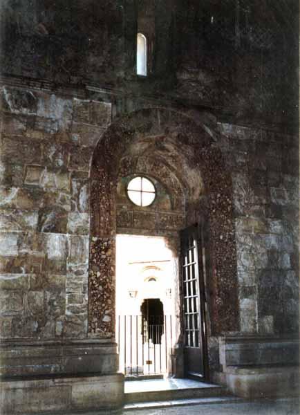 Andria castel del monte - Finestra che si apre sul lato superiore ...