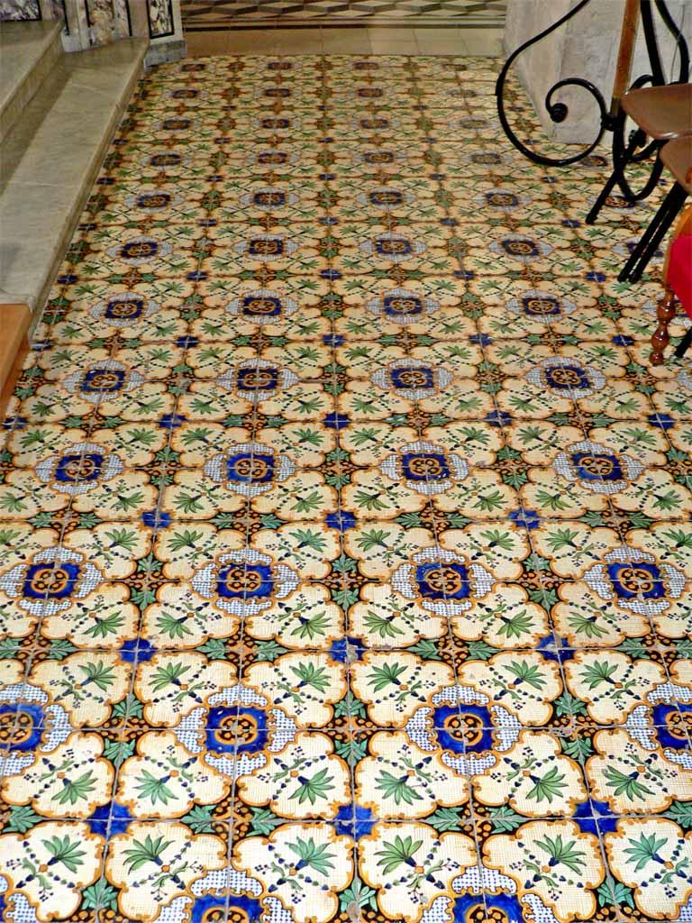 Andria basilica madonna dei miracoli - Crepe nelle piastrelle del pavimento ...