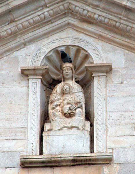 scultura della Madonna nel timpano della facciata