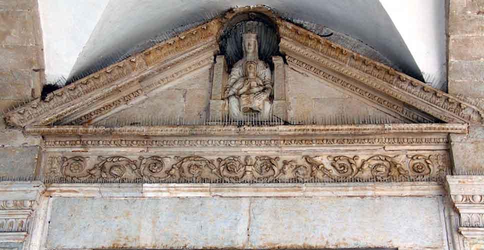 timpano del portale principale con una staua della Madonna